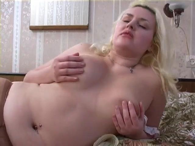 Блондинка выставила голые прелести перед именинником