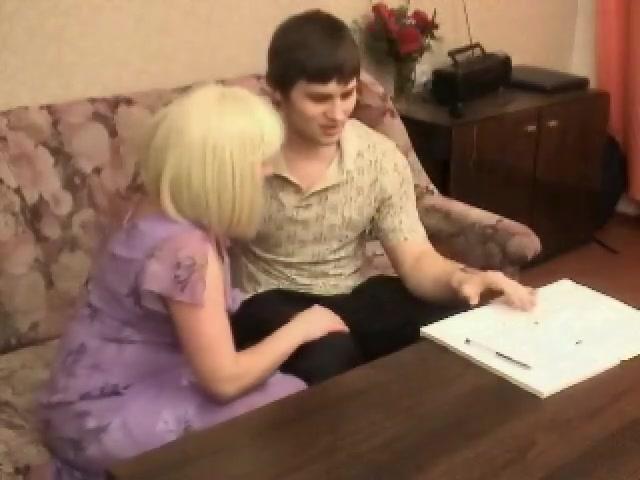 Сидя на диванчике грешник насадил на кукан анал сисястой блондинки